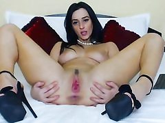 Sultry babe fingering succulent pussy on cam